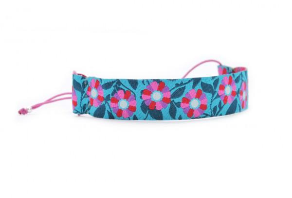 Verspieltes Textil Armband mit blumigem Muster